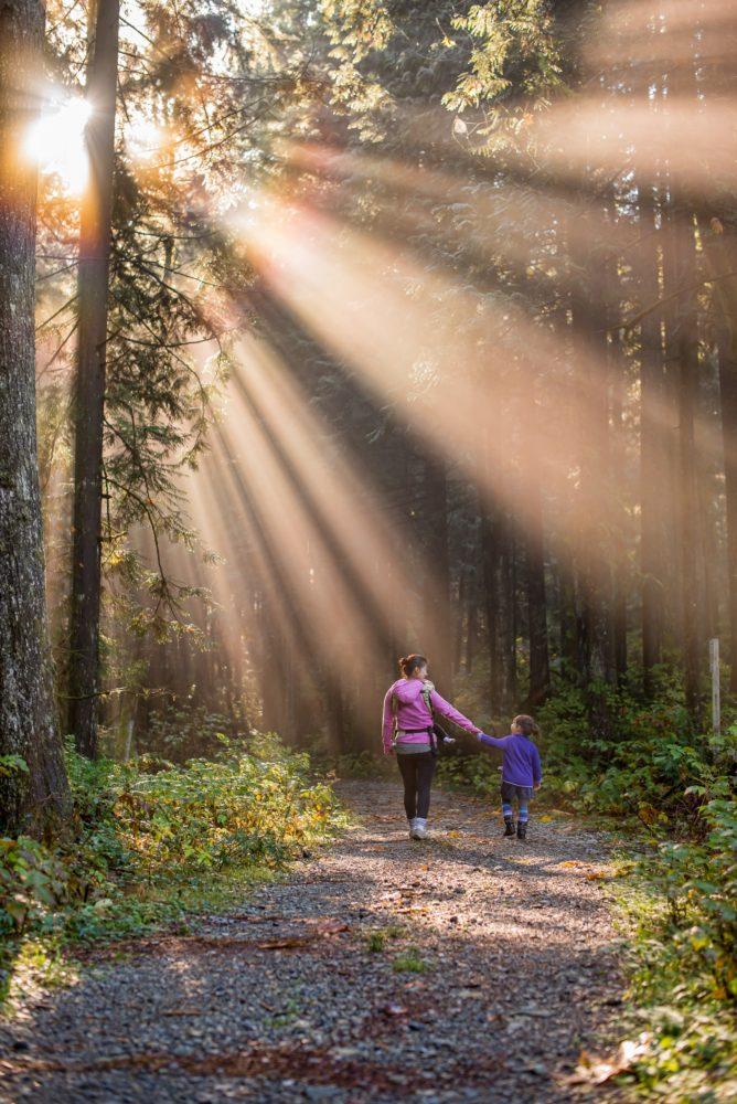 veselīga atpūta ar bērniem pie dabas kurzemē, latvijā