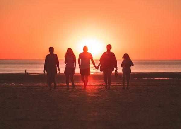atpūta ar bērniem pie jūras vasarā