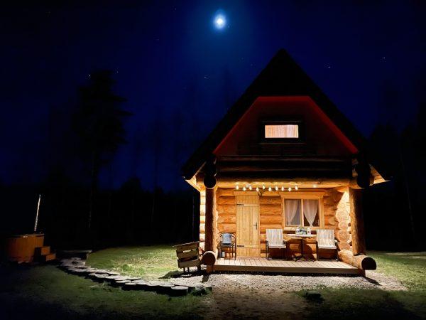 mēness namiņš ar kublu romantiskai atpūtai divatā pie jūras